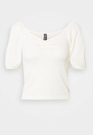 PCLUCY SQUARE NECK CROP - Camiseta estampada - cloud dancer