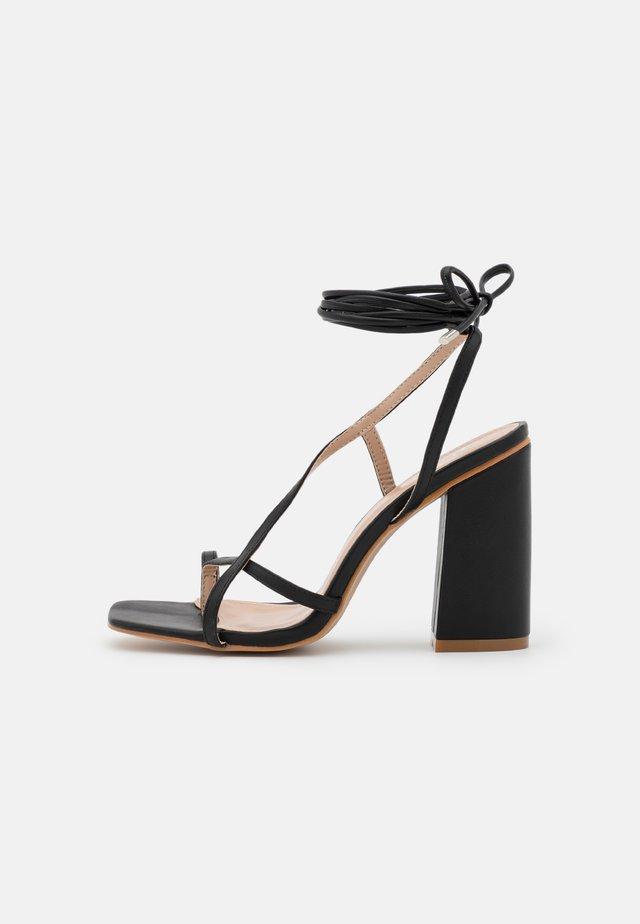 WIDE FIT EVERLEIGH - Sandály s odděleným palcem - black