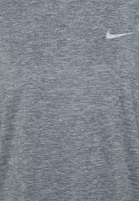 Nike Performance - W NK ELEMENT  - Langærmede T-shirts - smoke grey/lightt smoke grey/heathre/silver - 2