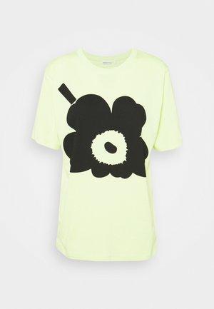 KIOSKI HIEKKA UNIKKO PLACEMENT T-SHIRT - T-shirt z nadrukiem - light green/black