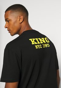 Chi Modu - BIG KING - Print T-shirt - black - 3