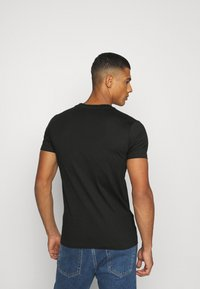 Calvin Klein Jeans - SHINY TONAL INSTITUTIONAL TEE UNISEX - T-shirt con stampa - black - 2