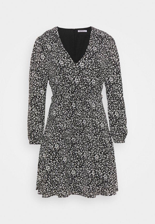 WRAP MINI DRESS - Robe d'été - black print