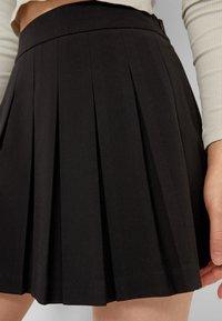 Stradivarius - Plisovaná sukně - black - 3