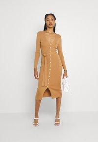 Glamorous - SKINNY FIT LONG SLEEVE MIDI DRESS WITH V NECK - Strikket kjole - camel - 1