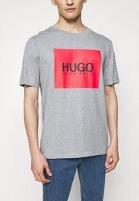 HUGO - DOLIVE - T-shirt imprimé - silver - 4