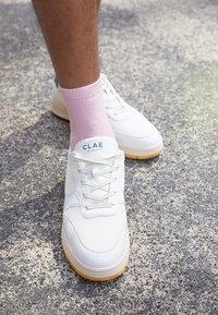 Clae - MALONE LITE UNISEX - Sneakers - white/blue/wheat - 2