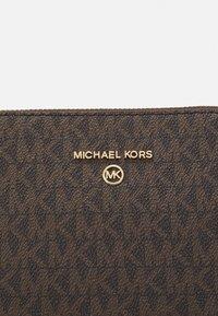 MICHAEL Michael Kors - JET SET CHARM DOME XBODY - Taška spříčným popruhem - brown/acorn - 4