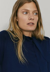 Massimo Dutti - MIT SEITLICHER SCHLEIFE AM AUSSCHNITT  - Sweatshirt - dark blue - 2