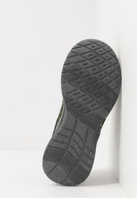 Skechers - DYNAMIGHT - Tenisky - charcoal/black/yellow - 5