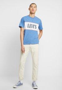 Levi's® - AUTHENTIC COLORBLOCK TEE - Camiseta estampada - riverside/ veiled rose/ marshmallow - 1