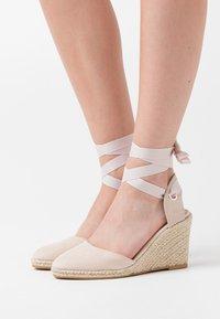 Miss Selfridge - WINNY ANKL TIE  - Sandály na vysokém podpatku - nude - 0