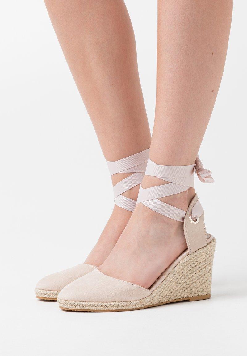 Miss Selfridge - WINNY ANKL TIE  - Sandály na vysokém podpatku - nude