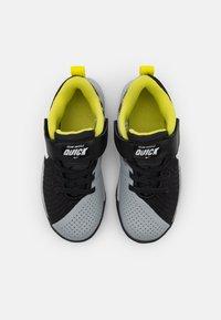 Nike Performance - TEAM HUSTLE QUICK 2 - Basketball shoes - black/white/light smoke grey/high voltage - 3