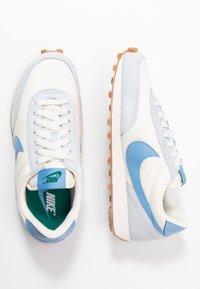Nike Sportswear - DAYBREAK - Sneaker low - half blue/light blue/pale ivory/phantom/med brown/mystic green - 3
