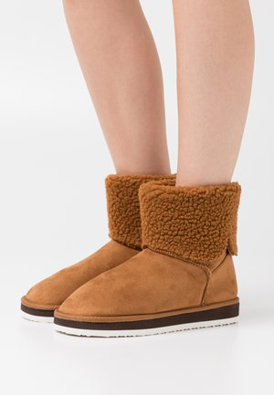 VMWINNIE BOOT - Classic ankle boots - cognac