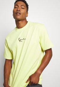 Karl Kani - SMALL SIGNATURE TEE  - T-shirt basic - yellow - 3