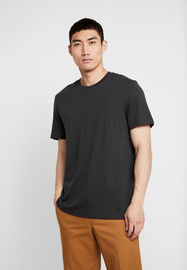 SHELTER  - T-shirt basic - black fade