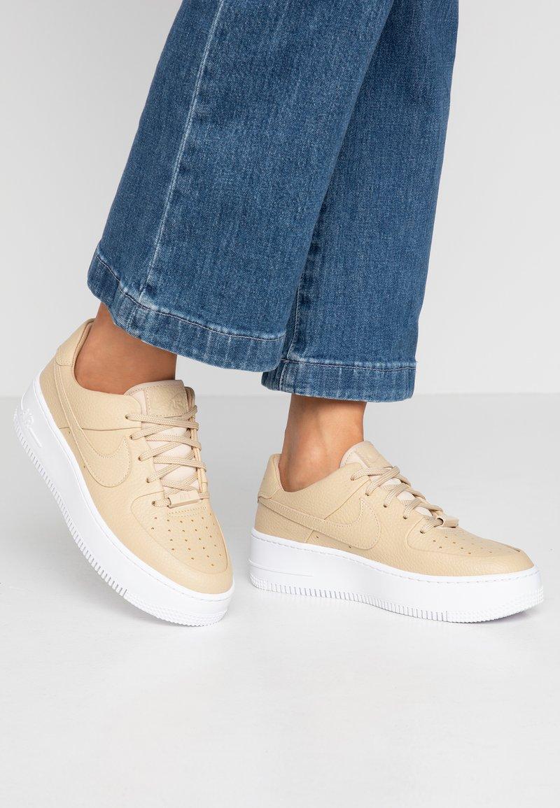 Nike Sportswear - AF1 SAGE LOW - Trainers - desert ore/white