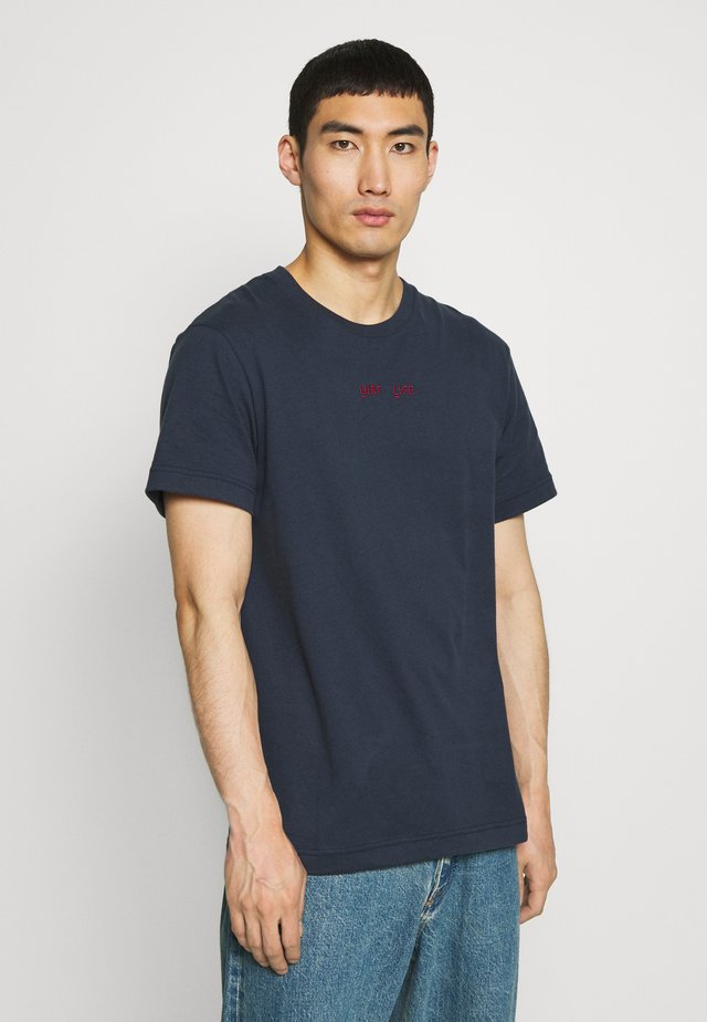 BEAT LUST LIFE - T-shirts med print - navy/red