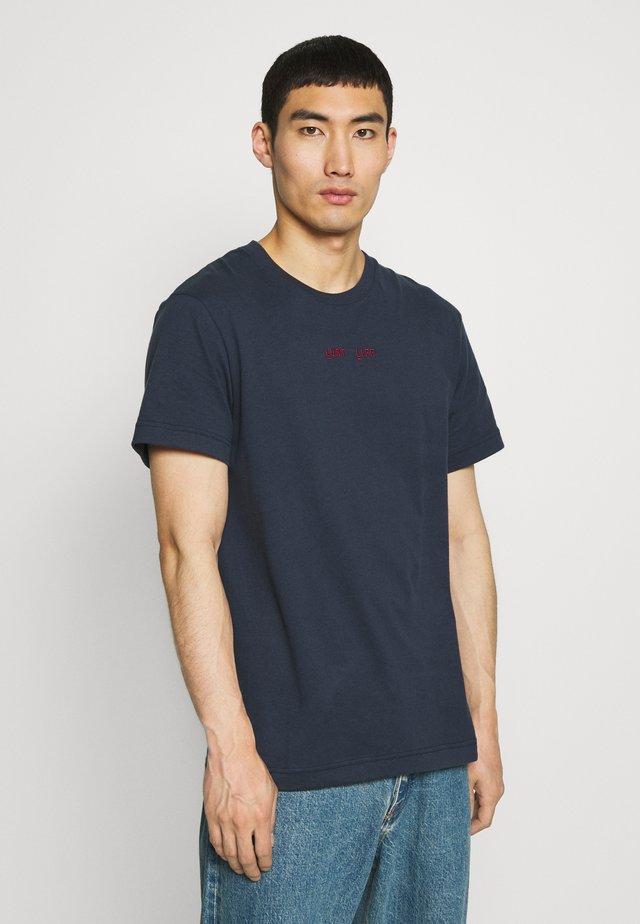 BEAT LUST LIFE - Print T-shirt - navy/red