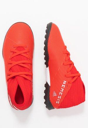 NEMEZIZ 19.3 TF - Astro turf trainers - active red/silver metallic/solar red