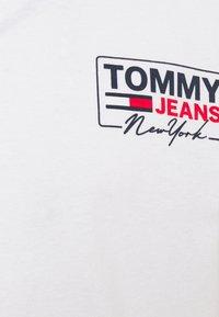 Tommy Jeans - SCRIPT BOX BACK LOGO TEE UNISEX - T-shirt med print - white - 5