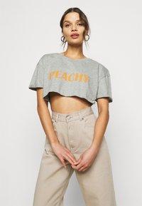 Missguided Petite - PEACHY ROLL CROP  - Print T-shirt - grey marl - 3