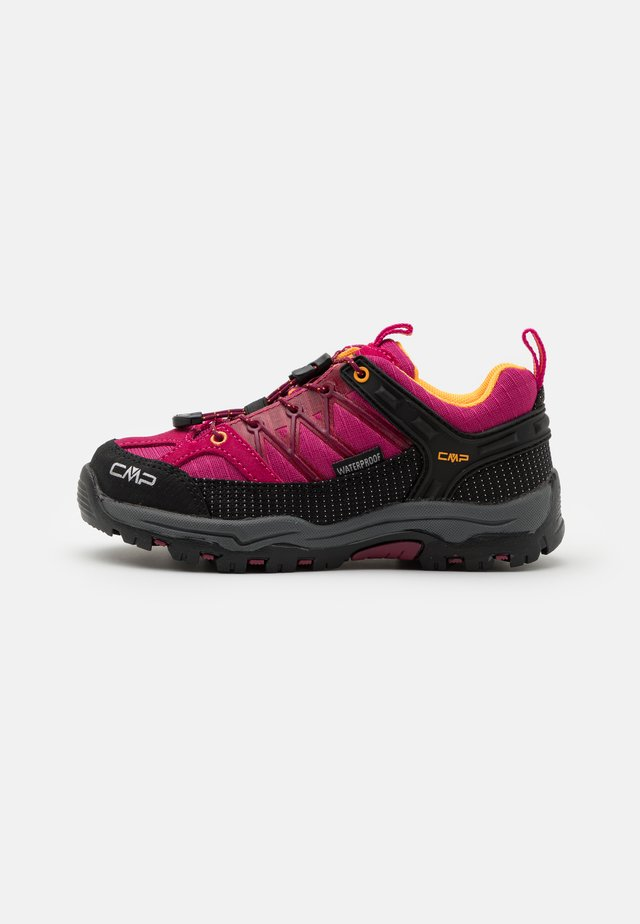 KIDS RIGEL LOW SHOE WP UNISEX - Hiking shoes - bouganville/goji