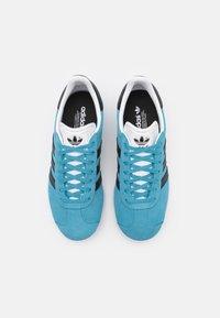adidas Originals - GAZELLE UNISEX - Sneakers basse - hazel blue/core black/footwear white - 3