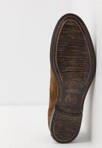 Sneaky Steve - DIRTY LOW - Elegantní šněrovací boty - tobaco - 4