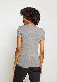 Guess - RNKAMELIA  - T-shirts med print - stone heather grey - 2