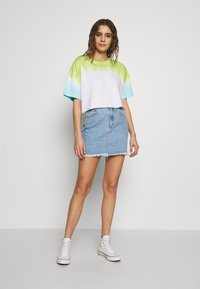 Abrand Jeans - CROPPED OVERSIZED TEE - Print T-shirt - white/lime/bora blue
