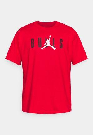 NBA CHICAGO BULLS JORDAN STATEMENT TEE - Artykuły klubowe - university red
