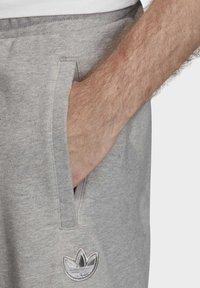 adidas Originals - OUTLINE SHORTS - Shorts - grey - 4