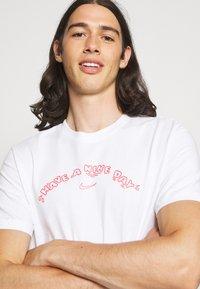Nike Sportswear - TEE HAVE A DAY - T-shirt print - white - 3