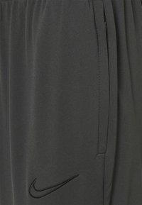 Nike Performance - PANT - Teplákové kalhoty - anthracite/black - 5
