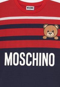 MOSCHINO - MAXI UNISEX - Print T-shirt - poppy red/blue navy - 2