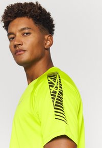 ASICS - ICON - T-shirt con stampa - lime zest/performance black - 4