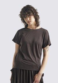 Icebreaker - W COOL-LITE REVERSIBLE SS  - Basic T-shirt - ebony - 0