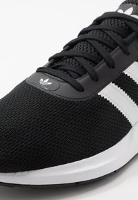 adidas Originals - SWIFT RUN - Tenisky - core black/footwear white - 5