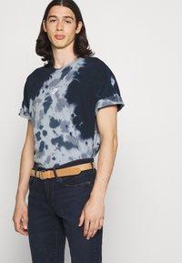 Nike Sportswear - TEE  - T-shirt med print - thunder blue/armory blue - 3