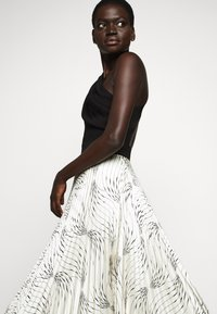 Victoria Victoria Beckham - OFF SHOULDER BACKLESS DRESS - Vestito elegante - dunes - 4