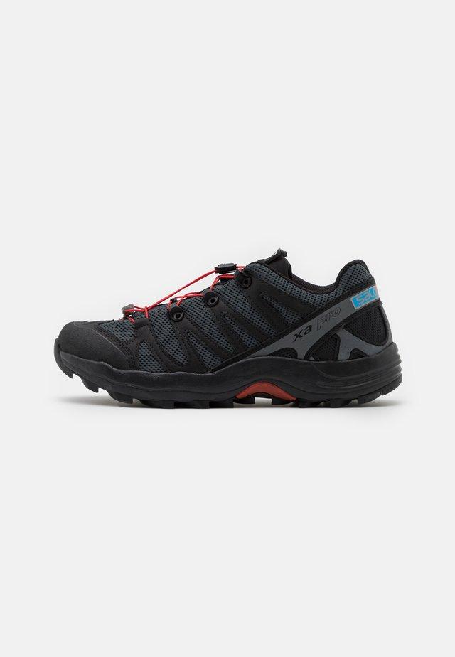 XA PRO 1 UNISEX - Trainers - black/magnet/racing red