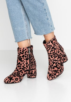 ADDIE CYLINDER HEEL - Classic ankle boots - pink