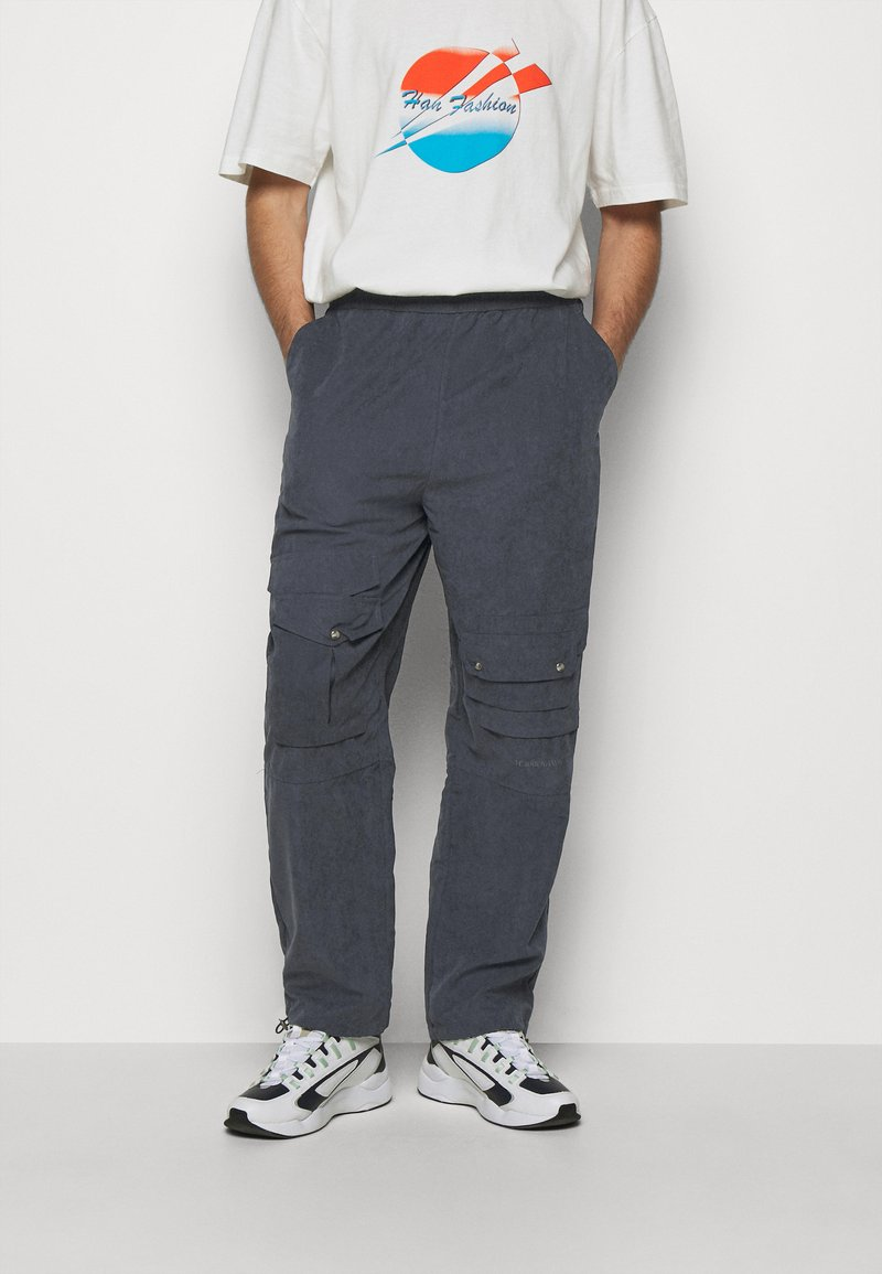 Han Kjøbenhavn - POCKET TRACK PANTS - Cargo trousers - navy dust