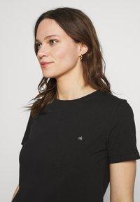 Calvin Klein - SMALL NECK  - Jednoduché triko - black - 3