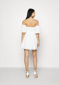 NA-KD - EMBROIDERED MINI DRESS - Cocktailkjole - white - 2