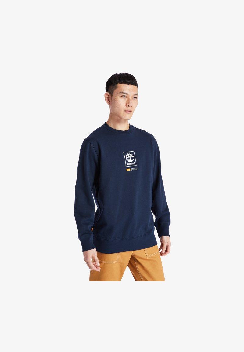 Timberland - YC LOGO PLAY HEAVY ELONGATED - Sweatshirt - dark sapphire