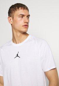 Jordan - ALPHA DRY - Print T-shirt - white/gym red/black - 3